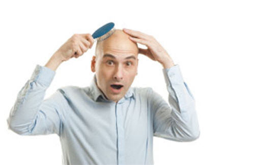 近年脱发人数增加,掉发年龄层逐渐降低,主因是繁重的工作压力、食用不良加工食品及中国黑心商品肆虐。(Fotolia)
