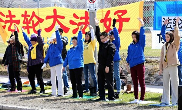 渥太华法轮功学员在中国驻加使馆前参加法轮功学员的纪念四二五和平上访十五周年的集会。(摄影:Pam Mclennan/大纪元)