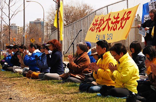 渥太华法轮功学员在中国驻加使馆前参加法轮功学员的纪念四二五和平上访十五周年的集会。(摄影:任乔生)