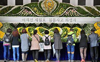南韓自「歲月號」沉船事故以來,全國都壟罩在哀傷氣氛中,消費者花費也下降。圖為民眾前往公共靈堂吊唁。(JUNG YEON-JE/AFP)