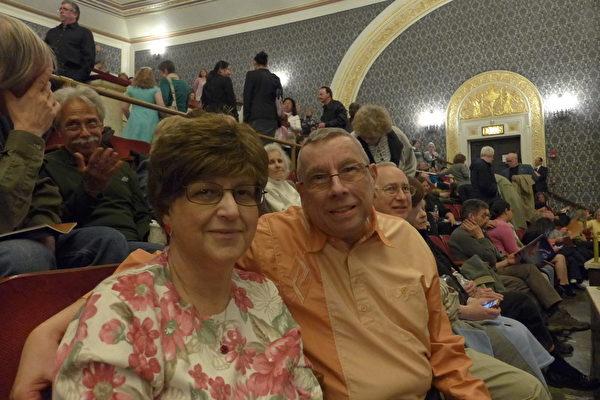2014年4月27日晚,前律师事务所老板德帕斯克里(Leonard Depasquale)先生和太太 (Rosemary Depasquale)一起观看了神韵巡回艺术团在纽约州奥本尼普罗克特斯剧院(Proctors Theatre)的演出。(蔡溶/大纪元)