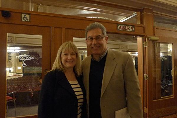 """萨尔兹(Gene Schultz)和太太Suzanne曾分别在州政府的劳工和社会服务局做部门主管。他们认为观看神韵的整体的最大的感受就是""""很愉快,所有的一切都很优秀。""""(蔡溶/大纪元)"""