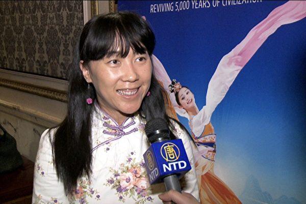 从广西到美国一年多的大陆新移民谭女士(Natasha Tan)对民族舞蹈很感兴趣,今年已经是第二次观看神韵了。(新唐人截图)