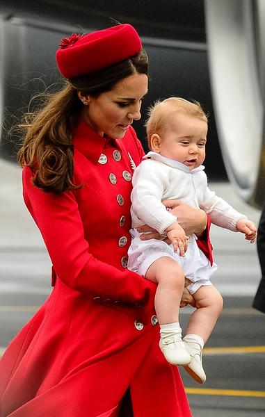英国威廉王子一家,4月7日展开为期19天的纽澳访问之旅。图为2014年4月7日,凯特王妃抱着第一次跟随父母出访的乔治小王子走下专机。(MARK TANTRUM/AFP)