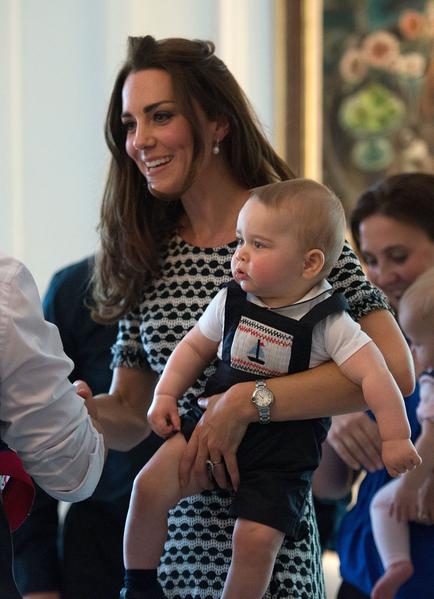 英国威廉王子一家,4月7日展开为期19天的纽澳访问之旅。图为2014年4月9日,乔治小王子在新西兰威灵顿,被安排和其他10名年龄相仿的小朋友一起玩耍。(MARTY MELVILLE/AFP)