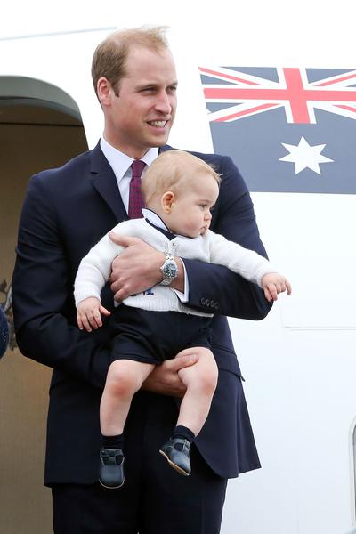 英国威廉王子一家,4月7日展开为期19天的纽澳访问之旅。图为2014年4月16日,威廉王子携乔治王子与妻子凯特,在新西兰威灵顿,准备前往澳大利亚悉尼。(Hagen Hopkins/Getty Images)