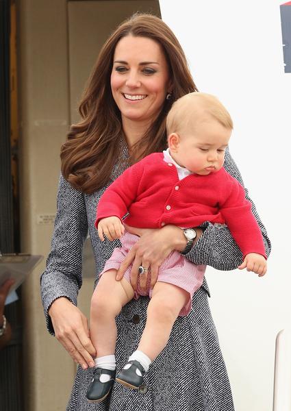 英国威廉王子一家,4月7日展开为期19天的纽澳访问之旅。图为2014年4月25日,威廉王子夫妇访问澳大利亚行程结束,一家三口离开澳大利亚堪培拉,前往悉尼,再转机返回英国。 (Chris Jackson/Getty Images)