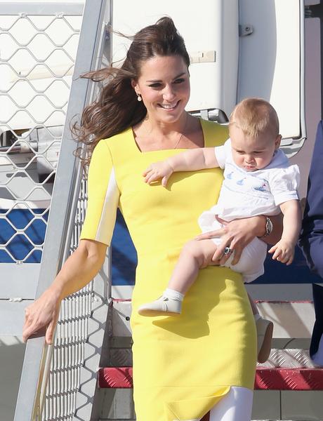 英国威廉王子一家,4月7日展开为期19天的纽澳访问之旅。图为2014年4月16日,威廉王子一家抵达悉尼。凯特王妃抱着小王子走下专机。 (Chris Jackson/Getty Images)