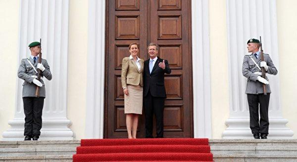 2010年7月2日,新上任的总统伍尔夫和夫人在柏林总统府门前合影。51岁的伍尔夫成为德国有史以来最年轻的总统。(JOHANNES EISELE/AFP)