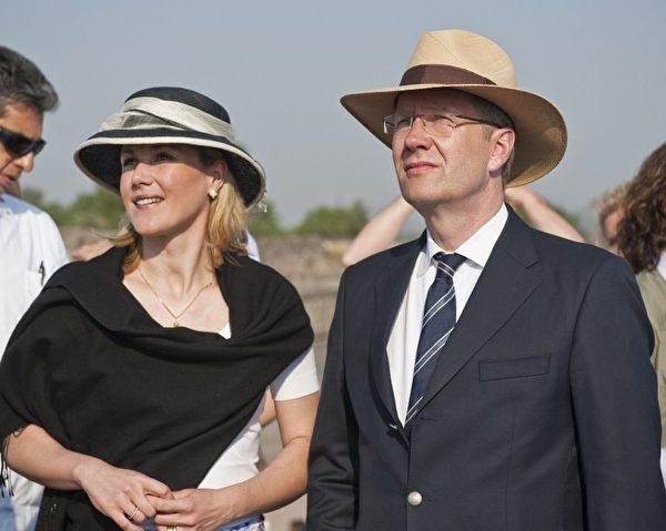 2011年5月,伍尔夫总统夫妇出访墨西哥。2008年,时任下萨克森州长的伍尔夫和第一任妻子离婚,娶贝蒂娜为妻。(Ronaldo Schemidt/AFP)