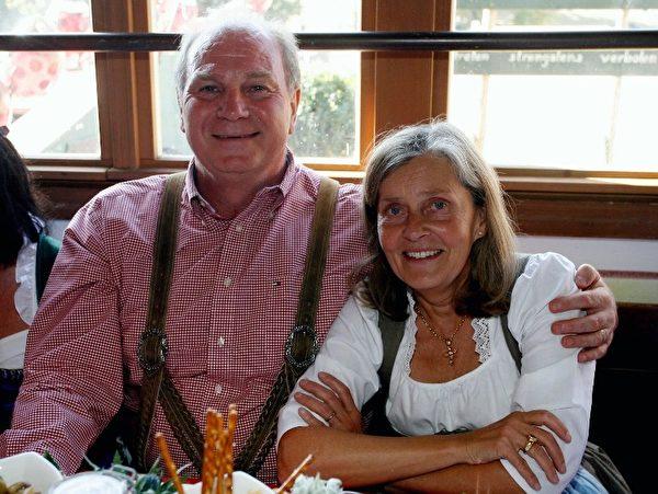 身着巴伐利亚传统服装的时任拜仁主席赫内斯和太太出现在2009年慕尼黑啤酒节上。(AFP PHOTO POOL/ ALEXANDRA BEIER)