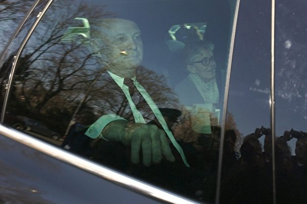 今年3月10日,赫内斯(左)在太太的陪同下,到慕尼黑法院出庭受审,罪名是巨额逃税。(PHILIPP GUELLAND/AFP)