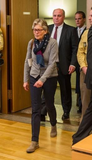 今年3月12日,前拜仁足球俱乐部主席赫内斯因为偷税而上法庭受审,他的太太苏珊娜·赫内斯在他的前面走进法院大厅。(MARC MUELLER/AFP/Getty Images)