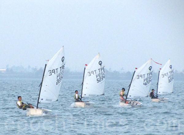 2010台湾杯帆船锦标赛 岳明国小男子全国得第一。屏东大鹏湾。(岳明国小提供)