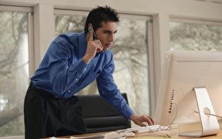 大多数人尚未意识到白天盯着智能手机和电脑,接着晚上坐在笔记型电脑或电视机前可能带来伤害眼睛的风险。 (摄影: Comstock / 大纪元)
