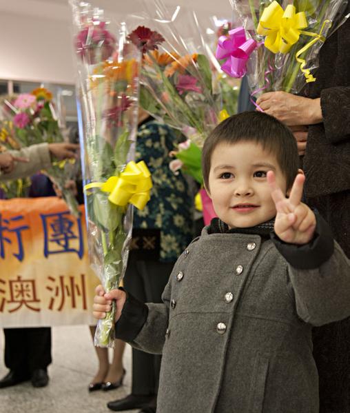 神韵小粉丝在机场向演员献花(瑞内/大纪元)