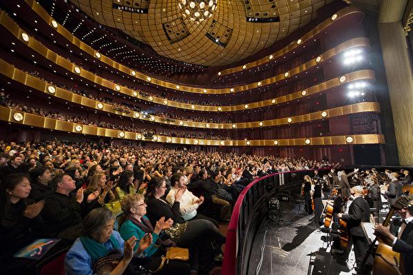 2014年1月18日晚纽约林肯中心大卫‧寇克(David H. Koch)剧场内神韵晚会爆满,座无虚席。(戴兵/大纪元)