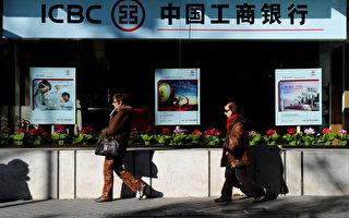 2013年中国居民8.6万亿存款在银行里存一年,购买力就会贬值7%,即6000亿左右,相当于变相补贴了银行,被其吸血。(Jasper Juinen/Getty images)