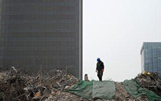 耶鲁大学著名经济学教授曾表示,中国房地产泡沫破裂概率至少是99%。日前海外投资纷纷回撤,而政府卖地价格居高不下,大陆开发商不堪重负。(WANG ZHAO/AFP)