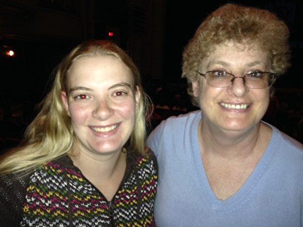 罗切斯特地区从事教育管理工作的斯必得女士(Angela Speed, 右)与家人一起观看了4月30日晚的神韵演出。(唐超/大纪元)