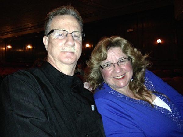 从事法庭聆讯报导的艾伦女士(Robin Allen)与家人一起观看了4月30日晚的神韵演出。(唐超/大纪元)