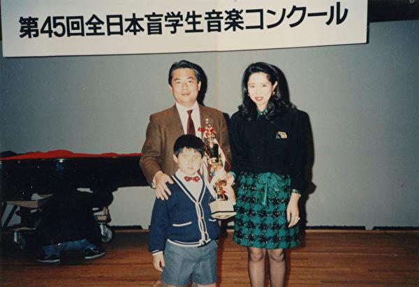 日本盲人钢琴家辻井伸行从小就展现了过人的音乐天分。(avex taiwan提供)