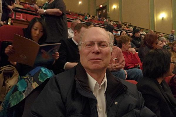漢恩(Kenneth Hann) 曾在伊士曼柯達公司擔任項目經理,早前曾跳舞十四載,對不同種類的舞蹈有很高的鑒賞力,今年是他第三次來看神韻晚會。(蔡溶/大紀元)