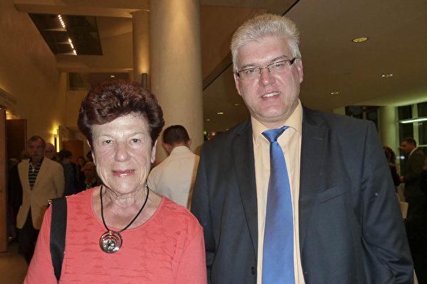 銀行財務顧問Hans-Juergen Nold認為神韻演出非同凡響。(Nina Hamrle/大紀元)