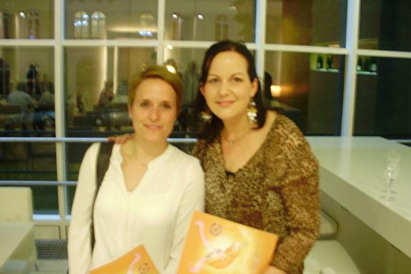 舞蹈家Karina Henkel(右)女士觉得,神韵演出最特别的一点就是这种轻盈。她观看了2014年4月30日的演出。(Peter Sanftmann/大纪元)