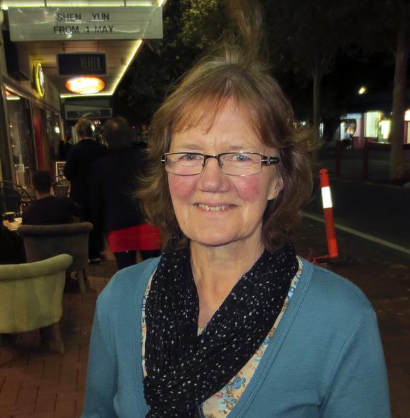 舞台服裝設計師Shirley Adam女士觀看了神韻在珀斯的首場演出。(吳建國/大紀元)