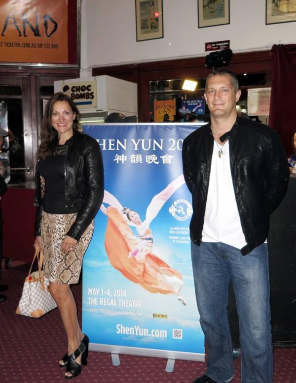 西澳知名設計師Donna Tobin和Vino Machado一道觀賞了星期四晚7點神韻國際藝術團在帝王歌劇院的首場演出。(陳秀眉/大紀元)