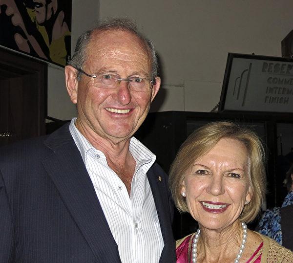 上市礦業服務公司董事Perrott夫婦在觀賞了神韻的珀斯首演後,對大紀元記者表達了其對節目的崇尚和熱愛。(周鑫/大紀元)