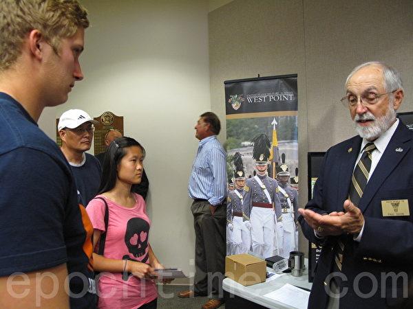 西點軍校招生主任、退休中校保羅‧迪克森在Buena Park市府4月28日舉行的軍校宣傳活動中回答學生問題。(劉菲/大紀元)