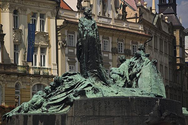 著名的宗教改革家扬•胡斯在布拉格的雕塑。(维基百科)