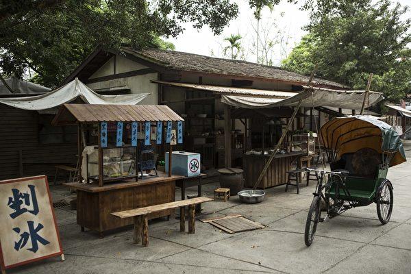 剧组精心打造锉冰店、面摊等周边摊贩。(谷得电影提供)