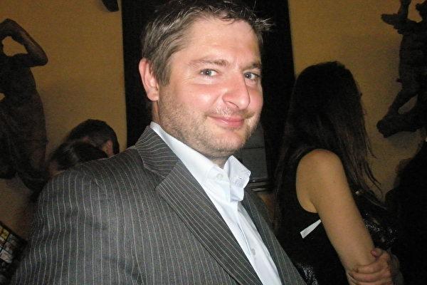 公司总监Esidor先生非常喜欢神韵节目。(文华/大纪元)