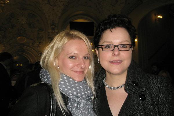 Michaelle Prachovska女士(左)和Tereza小姐被神韵深深打动。(文华/大纪元)