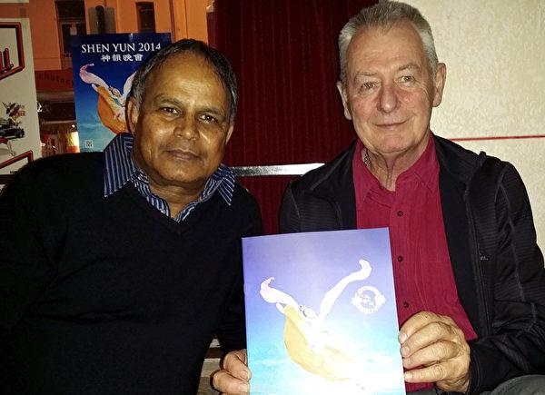 5月3日晚,在西澳卫生厅供应部门工作的Patrick Burnaby(左)观看了凤凰彩票国际艺术团在珀斯的第五场演出,图为他和朋友在演出大厅外。(袁丽/凤凰彩票)