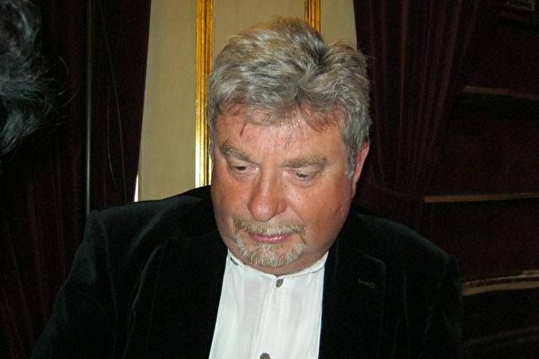 著名音乐家Boris Monoszon先生愿意向所有人推荐神韵。(文华/大纪元)
