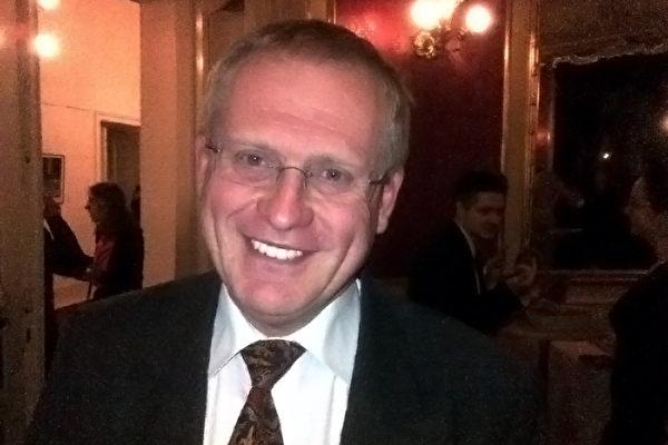 跨国公司总监Petr Smecky先生非常喜欢二胡。(Daniel/大纪元)