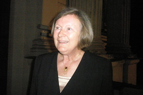 Hana Kosova女士对神韵中有关人权迫害的节目感触最多。(文华/大纪元)