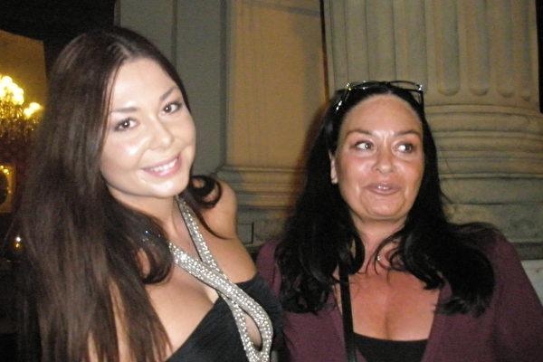 化妆师Lucie Marinova女士(右)和当投资咨询公司老板的女儿Andrea十分热爱神韵。(文华/大纪元)