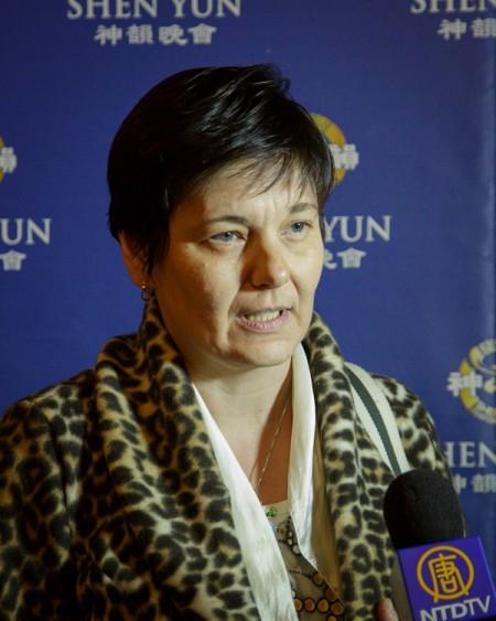 2014年5月3日下午,大学教授Sarka Brychtova观看了美国神韵世界艺术团在捷克布拉格国家歌剧院的演出,她认为神韵给人们带来了希望。(Kamil/大纪元)