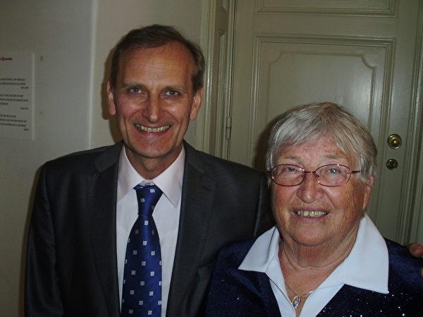 保险分析公司老板Vacek先生和母亲一起观赏了神韵。(Peter Sanftmann/大纪元)