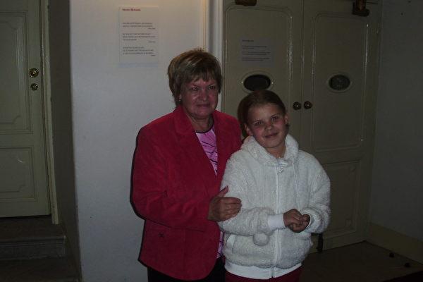 国会参议院Eva Richtrova女士和女儿很喜欢看神韵。(Peter Sanftmann/大纪元)