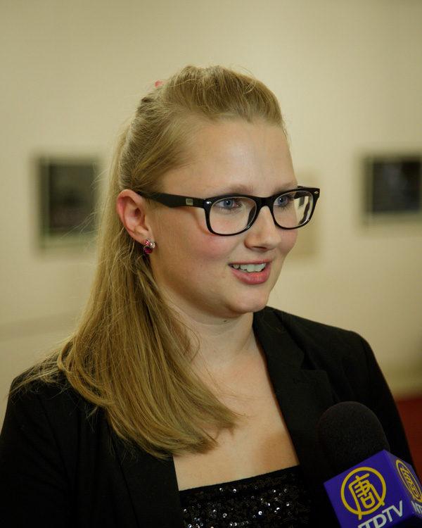 5月3日晚,舞蹈学校经理Jana Páclová女士观看了美国神韵世界艺术团在捷克布拉格的最后一场演出。(Kamil/大纪元)