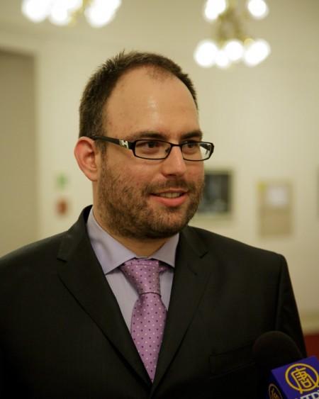 """记者兼编辑Milan Vidlák观看了美国神韵世界艺术团于2014年5月3日晚在捷克布拉格的演出,他说神韵演出""""打开了他的心灵""""。(Kamil/大纪元)"""