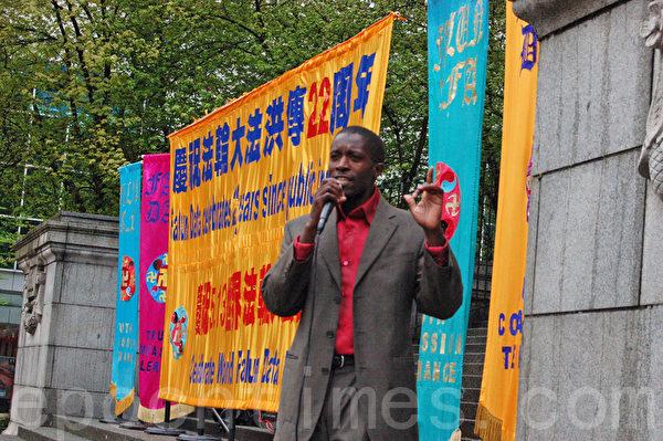 5月4日,溫哥華法輪功學員在市中心溫哥華藝術館,慶賀法輪大法洪傳世界22周年。圖為卑詩大學學生發言,慶賀法輪大法日。(唐風/大紀元)