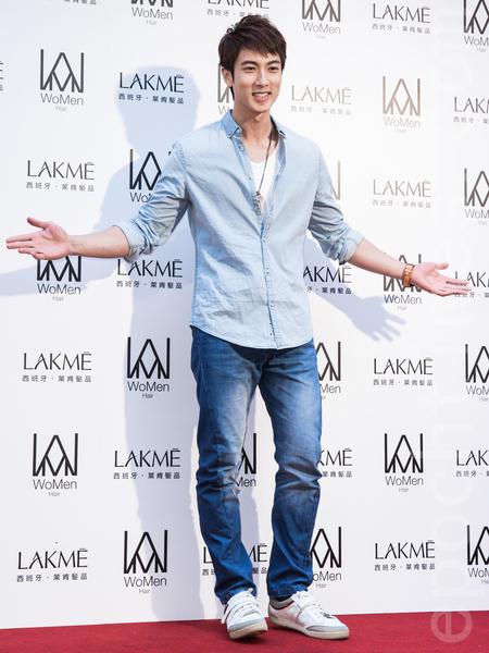 """前《飞轮海》团员吴尊5月6日在台北出席发廊开幕活动,他被封""""优质奶爸"""",还会帮女儿剪头发、编头发。(陈柏州/大纪元)"""