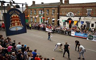 """5月的假期,英格兰小镇举行传统的""""滚奶酪""""大赛。(Jordan Mansfield/Getty Images)"""
